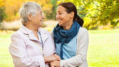 Nach 52 langen Jahren konnten sich eine US-amerikanische Mutter und ihre Tochter endlich kennenlernen. - Foto: FredFroese / iStock