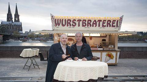Die Schauspieler Dietmar Bär und Klaus J. Behrendt während Dreharbeiten zum Kölner Tatort vor der Wurstbraterei.  - Foto: imago images / Sven Simon