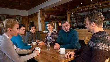 Susanne (Natalie OHara), Lilli (Ronja Forcher), Lisbeth (Monika Baumgartner), Anne (Ines Lutz), Martin (Hans Sigl) und Hans (Heiko Ruprecht) in einer Szene von Der Bergdoktor. - Foto: ZDF / Erika Hauri