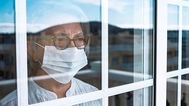 Kontaktbeschränkungen gelten als Maßnahme gegen die Ausbreitung des Coronavirus.  - Foto: lucigerma /iStock