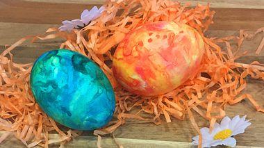Marmor-Ostereier mit Rasierschaum färben