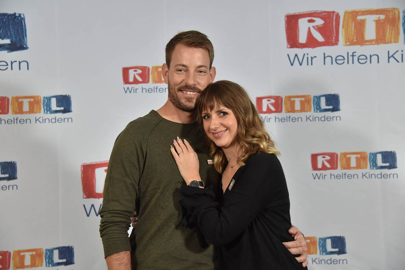 Farmer Gerald Heiser aus Namibia und seine Anna posieren am beim 23. RTL Spendenmarathon.