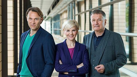 Dr. Martin Stein (Bernhard Bettermann), Dr. Kathrin Globisch (Andrea Kathrin Loewig), Dr. Roland Heilmann (Thomas Rühmann). - Foto: MDR/Saxonia / Tom Schulze