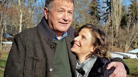 In aller Freundschaft: Dr. Roland Heilmann (Thomas Rühmann) hat mit Katja (Julia Jäger) eine neue Frau an seiner Seite. - Foto: MDR/Saxonia Media/Sebastian Kiss