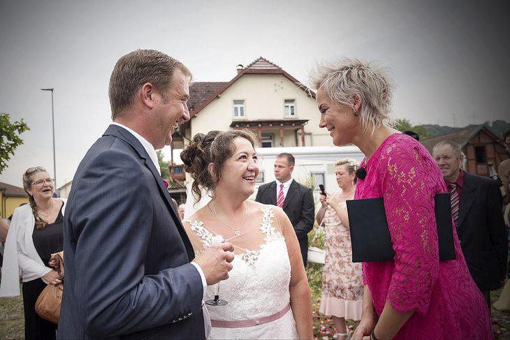 Moderatorin Inka Bause gratuliert Benny und Nadine nach ihrer Hochzeit.