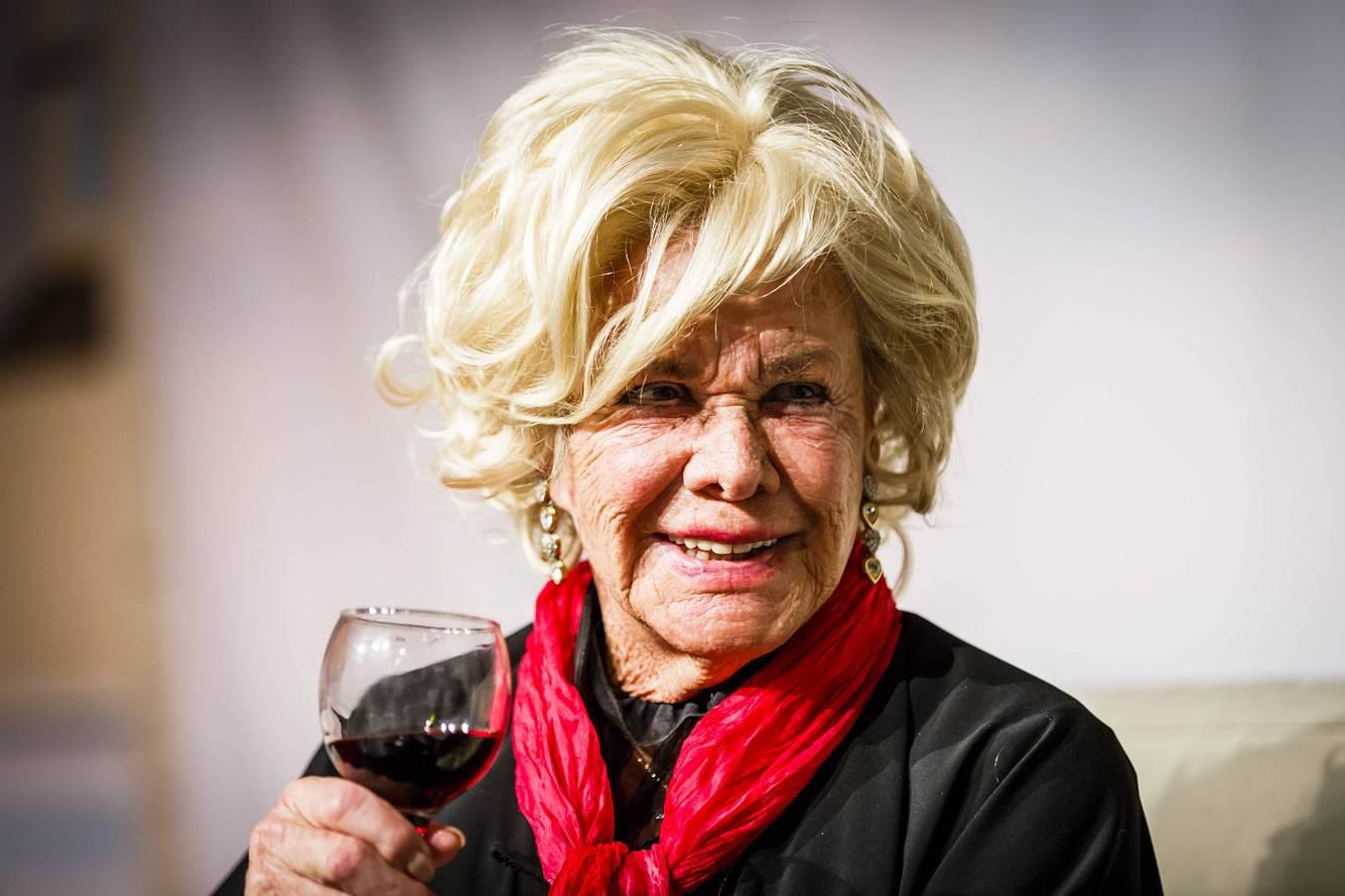 Inrid van Bergen mit einem Glas Rotwein in der Hand.