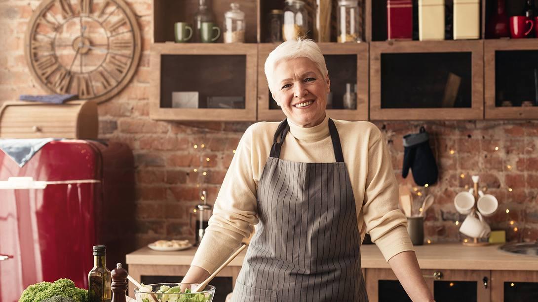 Frau schneidet Gemüse - Foto: iStock/Prostock-Studio