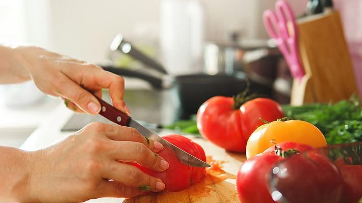 Gemüse schneiden - Foto: iStock/Jun