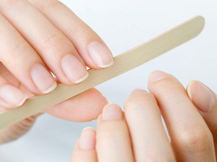 Brüchige Nägel können Sie durch richtiges Feilen vorbeugen.