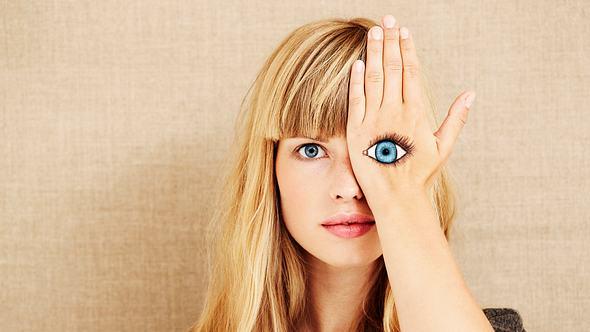 Frau mit blauen Augen - Foto: iStock/SanneBerg