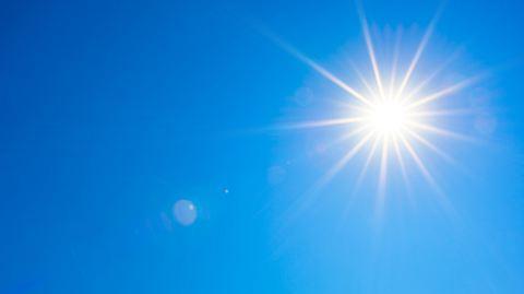 Sonne bei strahlend blauem Himmel. - Foto: iStock / Xurzon