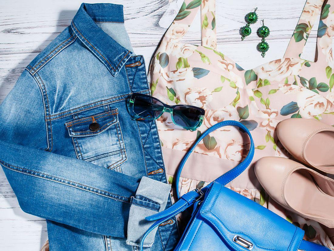 Jeansjacke stylen: Flatlay mit Kleid und Accessoires
