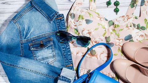 Jeansjacke stylen: Flatlay mit Kleid und Accessoires - Foto: Beo88 / iStock