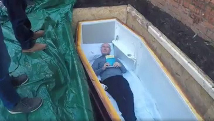 John Edwards wird begraben.
