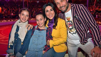 Judith Williams mit Ehemann Alexander-Klaus Stecher und ihren beiden Töchtern. - Foto: Hannes Magerstaedt/Getty Images