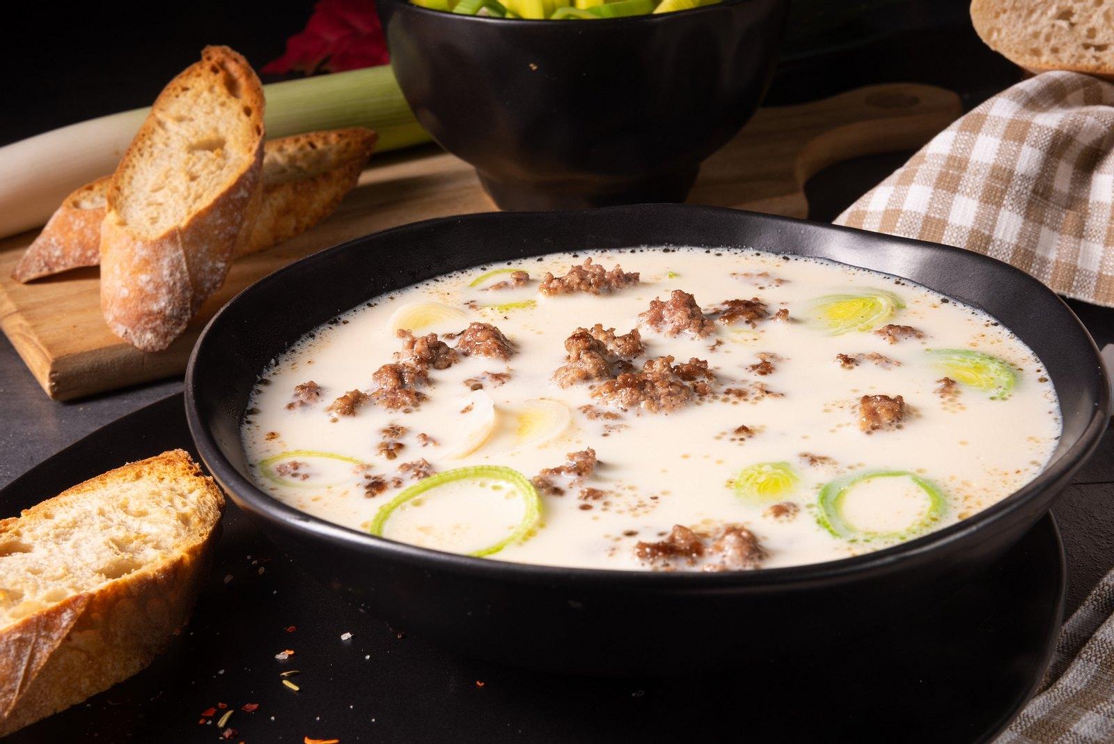 Käse-Lauch-Suppe mit Hackfleisch: Das einfache Rezept