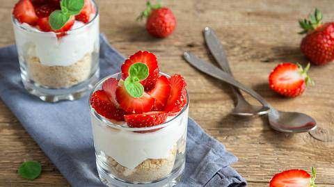 Käsekuchen im Glas mit Erdbeeren.  - Foto: Mizina / iStock
