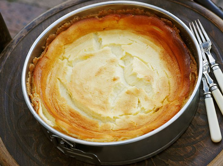 Klassischer Käsekuchen frisch aus dem Ofen.