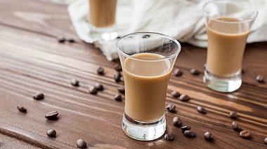 So gelingt selbstgemachter Kaffeelikör - Foto: Denis_Vermenko / iStock