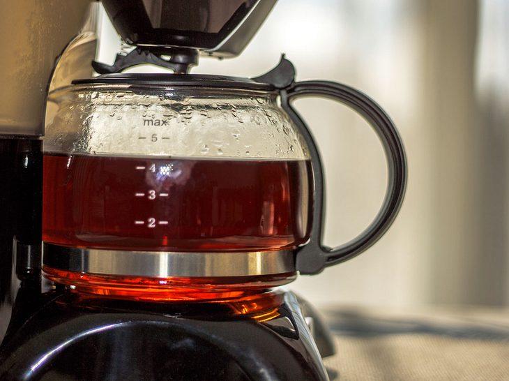 Die Kaffeemaschine sollte regelmäßig entkalkt werden.
