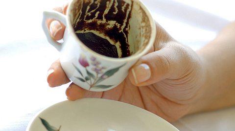 Wie Sie selbst im Kaffeesatz lesen können, erfahren Sie hier. - Foto: burdem / iStock