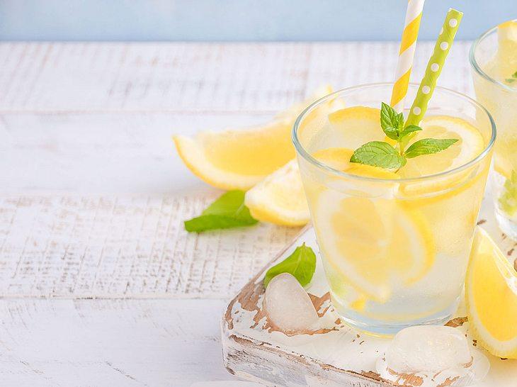 Die Kalte Ente kann mit Zitronenmelisse oder Minze serviert werden.