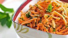 Karottensalat passt zu vielen Gelegenheiten und ist schnell zubereitet.  - Foto: PoppyB / iStock