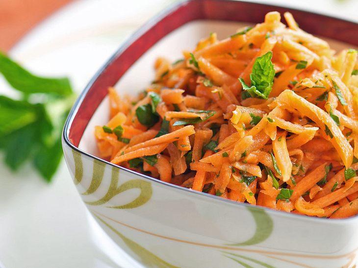 Karottensalat passt zu vielen Gelegenheiten und ist schnell zubereitet.