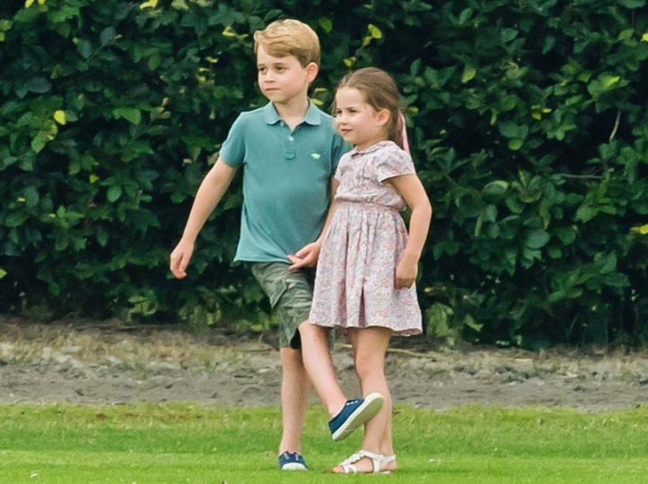 Prinz George und Prinzessin Charlotte am Rande eines Polospiels.