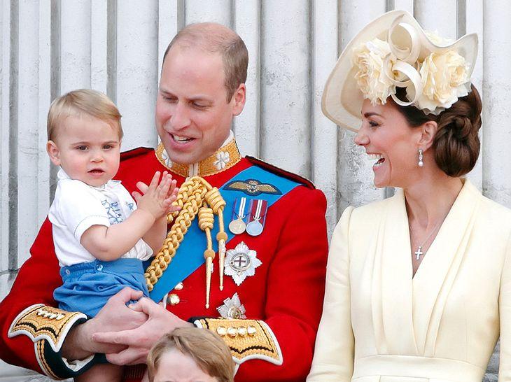 Prinz William und Herzogin Kate (ehemals Kate Middleton) mit dem kleinen Prinz Louis bei Trooping the Colour.