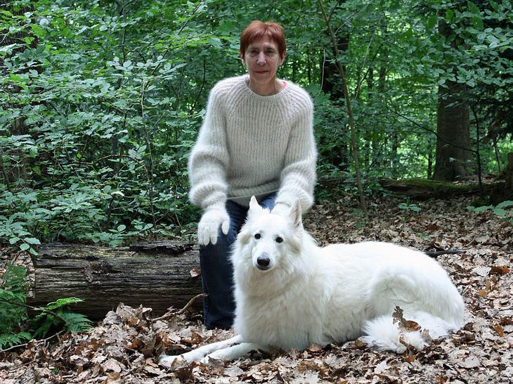Rita Steffen mit einem Pullover und Handschuhen aus der Wolle ihrer Hündin
