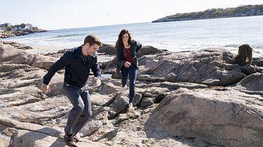 In Katie Fforde- Bruderherz spielen Anja Knauer und Lucas Reiber Geschwister. - Foto: ZDF / Rick Friedman