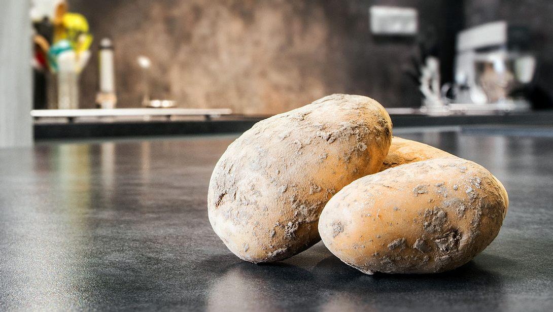 Im Haushalt lässt sich mit Kartoffeln oder Kartoffelschalen viel anstellen. - Foto: Gregory_DUBUS / iStock