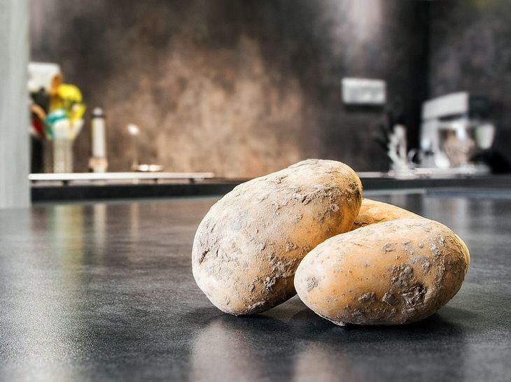 Wenn Kartoffeln keimen oder zu viele von ihnen übrig sind, lassen sie sich zum Reinigen weiterverwenden.