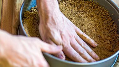 Keksboden in einer Springform. - Foto: Thomas Demarczyk / iStock