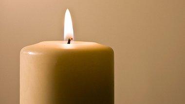 So sorgen Sie vor und bei dem Anzünden von Kerzen dafür, dass sie länger brennen. - Foto: egunyeli / iStock