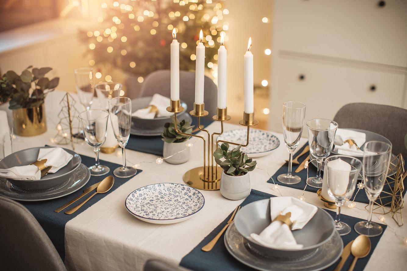 Goldener Kerzenständer auf gedeckter Tafel
