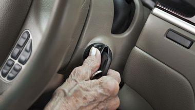 Kfz-Versicherungen sind für Senioren bis zu 75 Prozent teurer - Foto: dszc / iStock