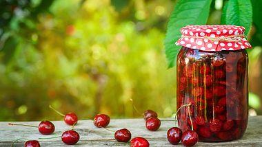 Eingekochte Kirsche halten sich für etwa drei bis vier Monate. - Foto: Alter_photo / iStock