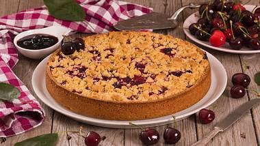 Ein Kirschkuchen mit Pudding und Streuseln. - Foto: iStock / milla1974