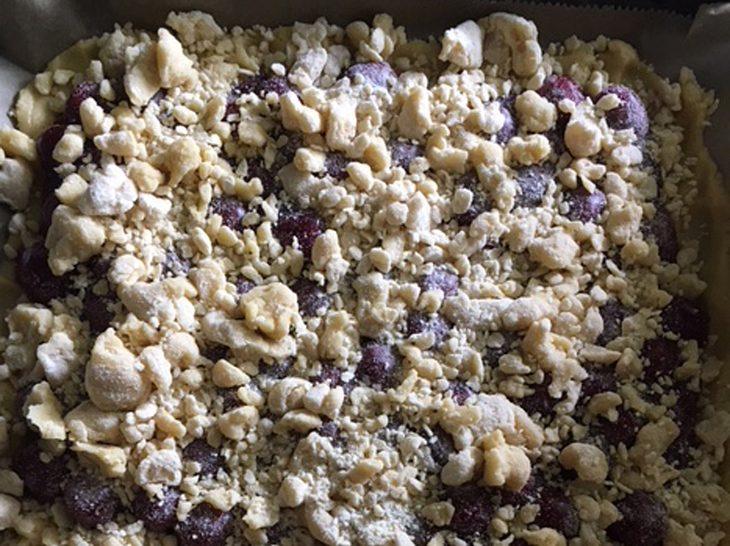 Kirschkuchen mit Streuseln aus dem Ofen.