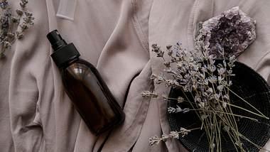 Kissenspray aus Lavendel - Foto: iStock/JulyProkopiv