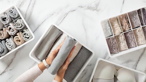 Verschiedene weiße Klappboxen - Foto: iStock/Kostikova