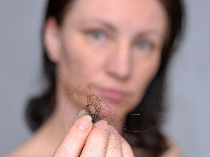 Knoblauch-Shampoo soll bei Haarausfall helfen.