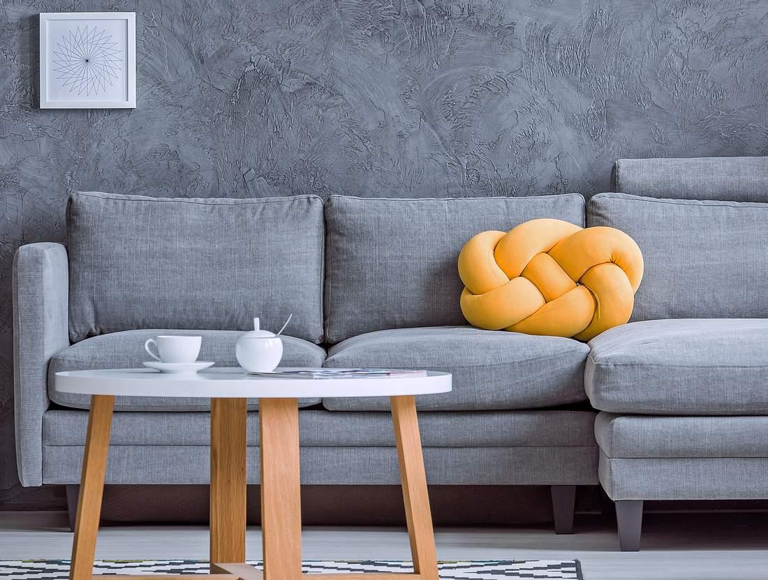 Ein Knotenkissen schmückt jedes Sofa.