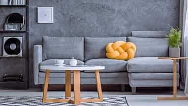 Ein Knotenkissen schmückt jedes Sofa. - Foto: iStock / KatarzynaBialasiewicz