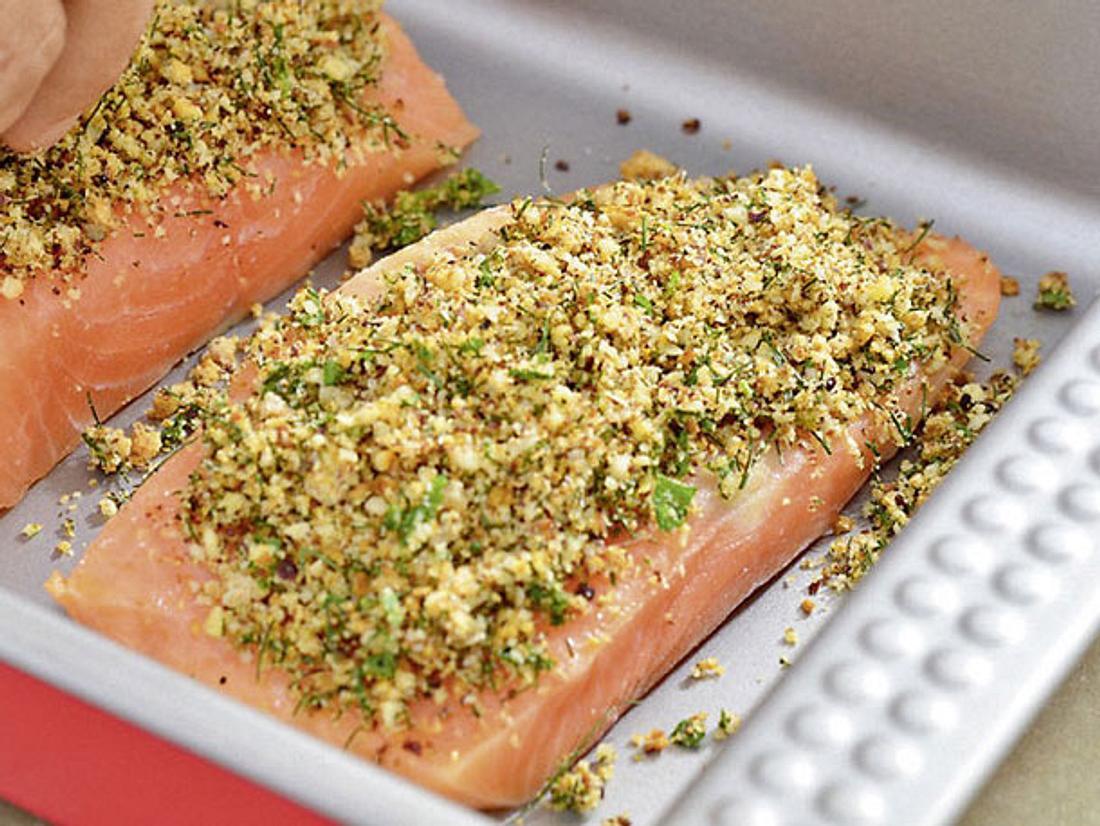 Kochen für Diabetiker: Lachsfilet mit Kräutermantel bedecken