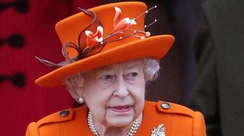 So ähnlich die Hutform der Monarchin auch immer ist, die Kunstblumen sind ein wahrer Hingucker! - Foto: GettyImages/Chris Jackson