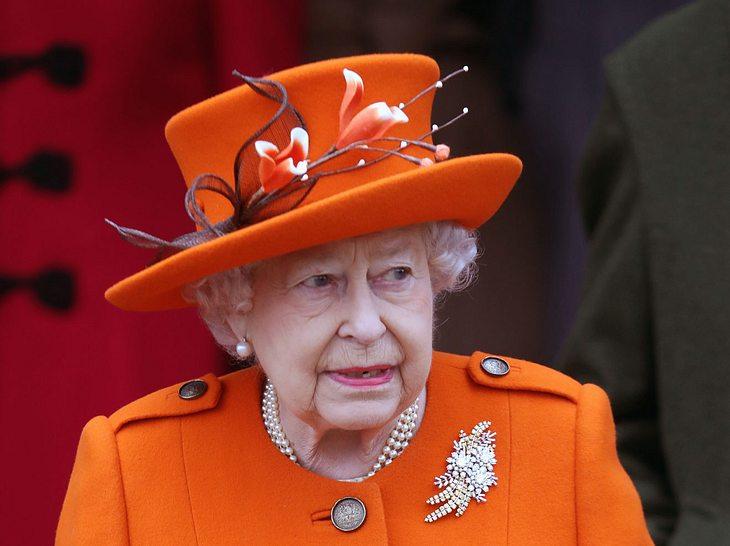 So ähnlich die Hutform der Monarchin auch immer ist, die Kunstblumen sind ein wahrer Hingucker!