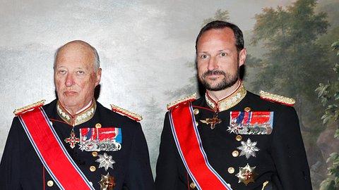König Harald und sein Sohn Kronprinz Haakon im Juni 2019. - Foto:  RYAN KELLY/ Getty Images